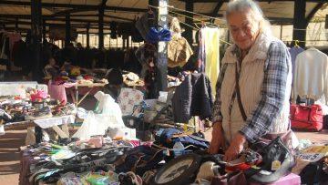 70'li yılların ünlü sanatçısı Serpil Örümcer pazar tezgahı başında