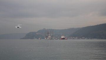 İstanbul Boğaz'ndan dev petrol platform geçti