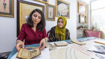 Türk sanatına gönül vermiş iki arkadaş, eski kitaplara yeniden hayat veriyor