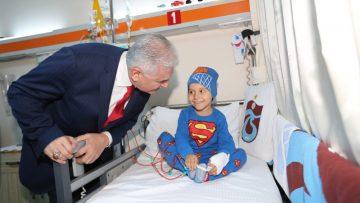 Binali Yıldırım, kanser hastası çocuklarla ziyaret etti