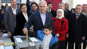 AK Parti İstanbul Büyükşehir Belediye Başkan Adayı Binali Yıldırım oyunu kullandı