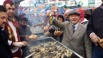 Balıkçı Kenan Roman vatandaşlara 1,5 ton balık dağıttı