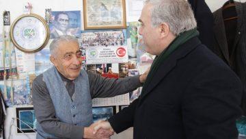Görme engelli Devrim Tarım, Fatih'te sahaflık yapıyor